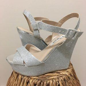 """Jinjer"" Nina Silver heel with matching purse! 💥"